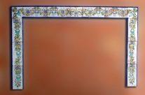 Chimenea con motivos florales. Decoración artística para interiores