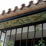 Patios y terrazas, espacios integrados en nuestra vida diaria. Los platos y bandejas artesanales como motivos decorativos