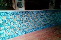Zócalo con azulejos rústicos